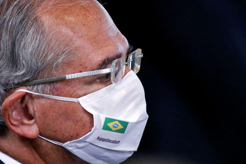 Economia brasileira está se reerguendo, mas precisa da vacinação em massa, diz Guedes